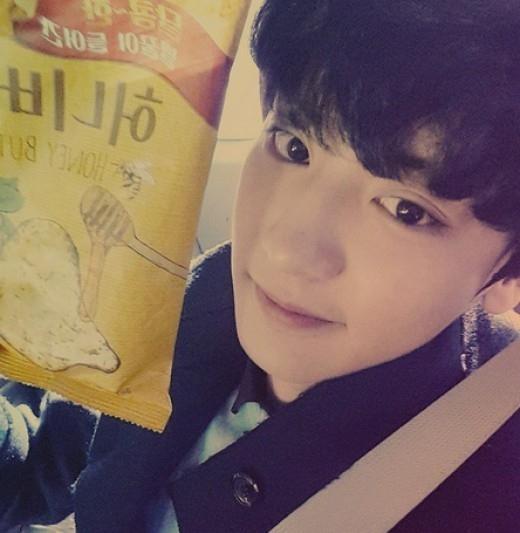 """EXO チャンヨル、ハニーバターチップを手にしたセルフショット""""女心揺さぶるビジュアル"""""""