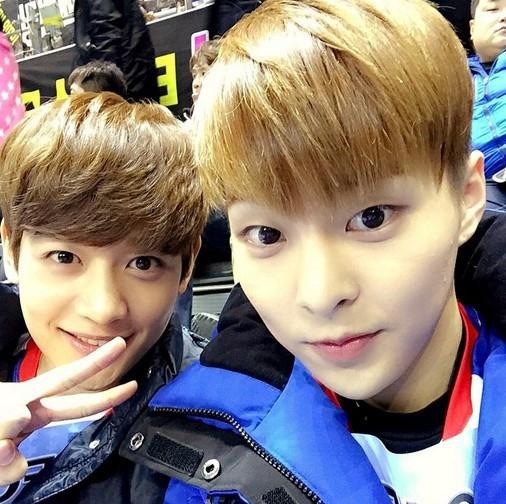 EXO シウミン&SHINee ミンホ、金髪兄弟のほのぼのツーショット…「アイドル陸上大会」へGO!