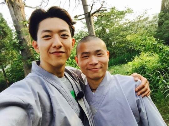 """CNBLUE イ・ジョンシン、少林寺の僧侶と""""ほのぼのツーショット"""""""
