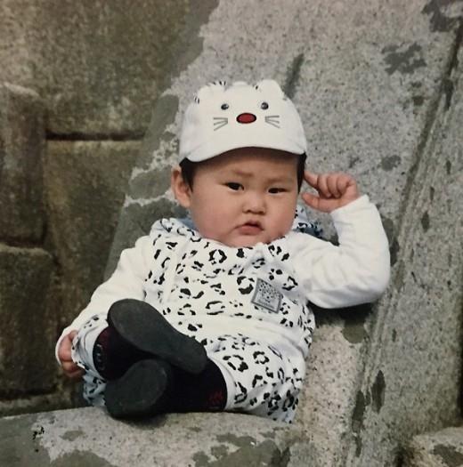 EXO シウミン、キュートな幼少期の写真を公開「今の僕よりポーズが素晴らしい」