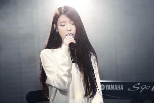 IU、ニューアルバム収録曲「Knees」ライブ映像公開…叙情的なピアノ旋律+繊細なボーカル