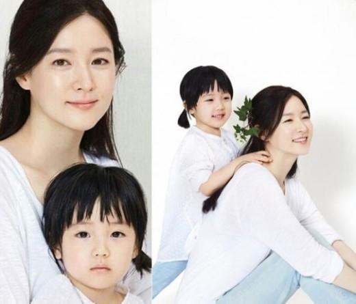 """イ・ヨンエ、娘スンビンちゃんと一緒に撮ったグラビア公開""""そっくりな親子"""""""