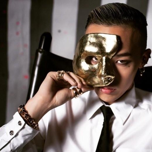 BIGBANGのG-DRAGON、金色のマスクを持って男らしさを誇る…オールバックの写真を公開