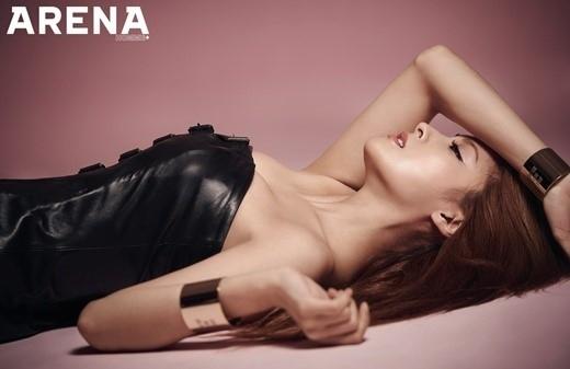 "KARA ギュリ、横になっても際立つグラマラスなボディ""成熟したセクシーな魅力"""