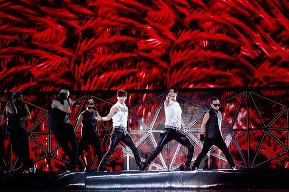 """東方神起、SUPER JUNIOR、EXOらが上海の秋の夜を熱くした!「SMTOWN」コラボステージに""""観客熱狂"""""""