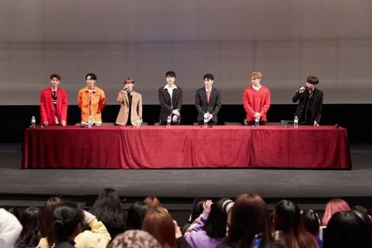 """""""31日連続チャート1位""""iKON、サイン会で格別なファンサービス「それぞれ1番ベストな衣装を選んだ」"""