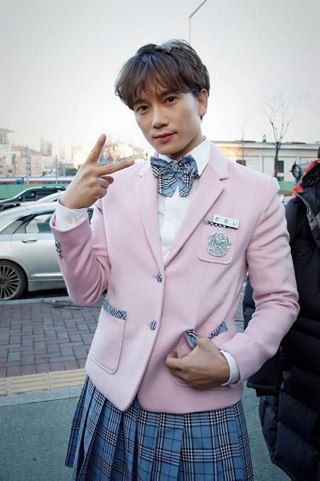 俳優チソンが女子高生に変身!ピンク色の制服を着て街で乱闘?