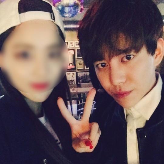 Block B パクキョン、仲睦まじいツーショット写真を公開…隣の女性は誰?