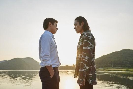 対立するイ・ビョンホン vs チョ・スンウ…「内部者たち」新しいスチールカットを公開