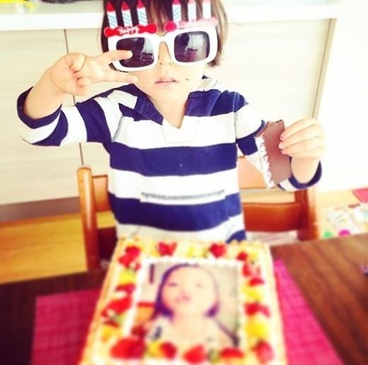 SHIHO、娘サランちゃんの誕生日パーティーを公開…キュートなケーキにサングラス