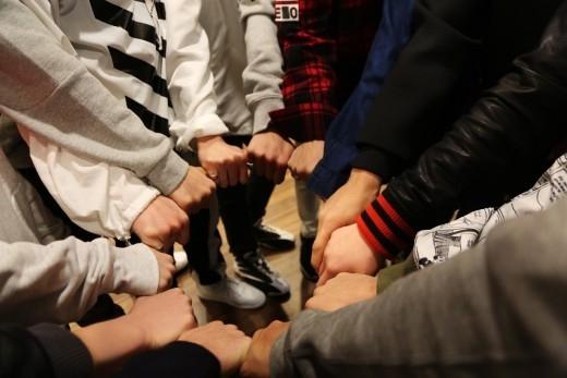 """""""新ボーイズグループ""""SEVENTEEN、デビューを宣言!4年間の準備が実る"""