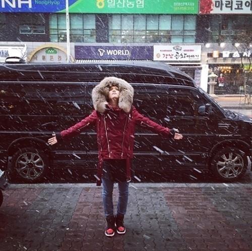 "FTISLAND イ・ホンギ、初雪の認証ショットを公開""両手を広げて"""