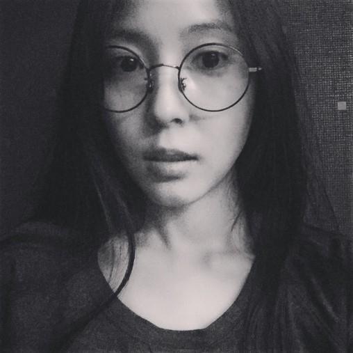 BoA、丸いメガネをかけ可愛い魅力をアピール「自撮りは苦手」
