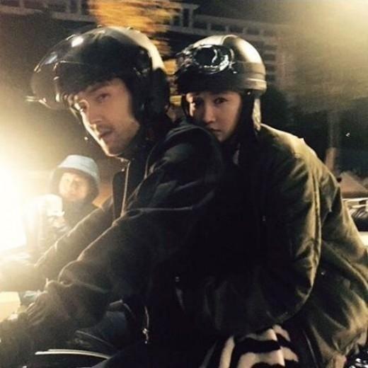 """「彼女は綺麗だった」コ・ジュニ、SUPER JUNIOR シウォンとバイクに乗り""""甘い雰囲気"""""""