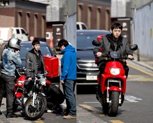JYJ ユチョン、パトカーの代わりにバイクに乗って犯人追跡…「匂いを見る少女」撮影現場写真を公開