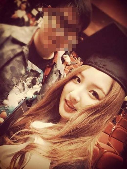 """4Minute ナム・ジヒョン、卒業式で撮ったマネージャーとのツーショットを公開""""華やかな笑顔"""""""