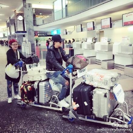 ハンギョン、天真爛漫な姿の近況公開「空港のカートの正しい引き方を紹介します」