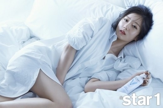 Apink ユン・ボミ、ベッドの上でセクシーな美脚披露…視線を釘付けにするグラビアカット公開