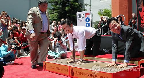 イ・ビョンホン&アン・ソンギ、ハリウッドに手形を刻む - ENTERTAINMENT - 韓流・韓国芸能ニュースはKstyle